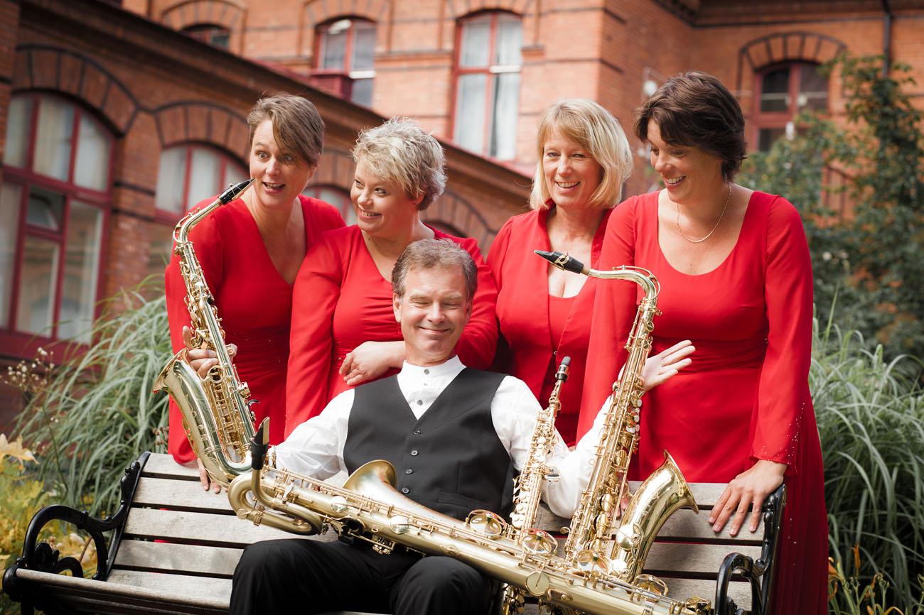 Tove Nylund, sopransaxofon, Kristin Uglar, altsaxofon, Edith Bakker, tenorsaxofon, Neta Norén, barytonsaxofon samt Olle Persson, baryton Foto: Ludde Lorentz